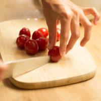 preparazione insalata di noci e formaggio caprino