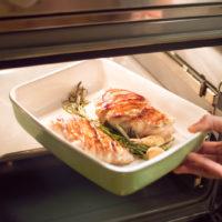 preparazione pollo avvolto nella pancetta